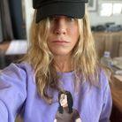 """Jennifer Aniston avec une casquette et un sweat-shirt de la """"Cast Collection"""""""
