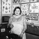 Une femme tattoo artist