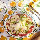 Un carpaccio de bœuf, câpres et parmesan, sur la table Citron.