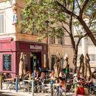 Si le quartier du Mistral n'existe pas, il est possible de s'installer à la terrasse du Bar des 13 Coins, dans le quartier du Panier, qui ressemble...