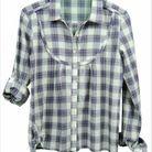 Une chemise à carreaux