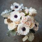 Bouquet de fleurs blanches et anémones