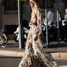 Une robe longue ceinturée