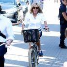 Brigitte Macron, à bicyclette
