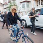 Brigitte Macron, souriante pour une promenade en deux roues