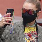 Gigi Hadid avec son porte bonheur à son télephone