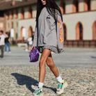 Avec une jupe girly et un sweat vintage