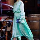 Avec une robe en soie