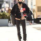 Avec une veste en velours côtelé