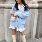 Bottes blanches et cardigan bleu