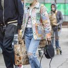 Emma Roberts en veste matelassée patchwork + jean
