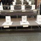 Des petits sacs attendent les invités sur leurs sièges, chanceux !