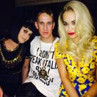 Jeremy Scott entouré de Katty Perry et Rita Ora à son premier défilé pour Moschino