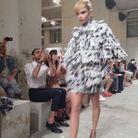 Cara Delevingne somptueuse en robe black & white