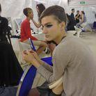 Eyeliner bleu électrique pour les mannequins du défilé croisière