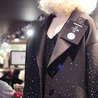 Le manteau orné de cristaux Swarovski.