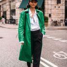 Enfiler un trench vert avec une tenue classique