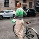 S'emmitoufler dans un pull vert