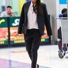 Victoria Beckham en tailleur noir et chemise blanche