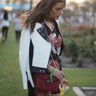 Alessandra Ambrosio en veste en cuir bicolore à Coachella