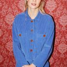Angèle en total look velours bleu