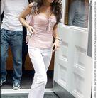 Victoria Beckham en top rose et pantalon blanc