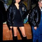 Victoria Beckham tout sourire en mini robe, bottes et bombers