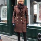 Manteau ultra-chic et bottines en cuir pour la première dame