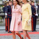 La reine Rania de Jordanie en robe manteau rose