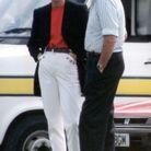 Princesse Diana avec blazer noir et jean blanc