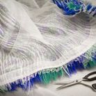 Le travail des plumes de la robe Louis Vuitton de Cynthia Erivo