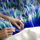 Louis Vuitton s'est attelé à broder méticuleusement 1800 plumes bleues, blanches et vertes