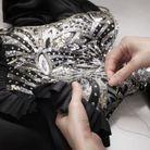 La broderie des sequins, cristaux et perles a necessité plus de 190 heures de travail