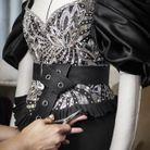 La robe est ceinturée pour souligner la taille