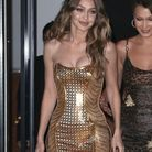 Gigi Hadid en robe gold signée Versace