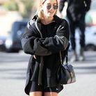 Hailey Bieber en sweat à capuche et cycliste