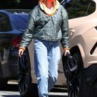Hailey Bieber arbore son nouveau sac Bottega Veneta