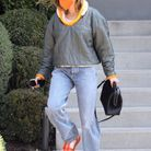 Hailey Bieber assure en jean straight et son sac Bottega Veneta