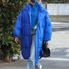 Hailey Bieber en doudoune longue et sac Bottega Veneta