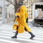 Irina Shayk matche son sac et son manteau