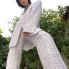 Ursula Corbero en costume lavande à carreaux