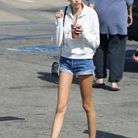 Kaia Gerber en hoodie et short en jean