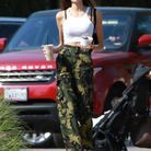 Kaia Gerber en pantalon camo et débardeur blanc