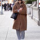 Katie Holmes en jogging et manteau en fausse fourrure