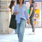 Katie Holmes en chemise oversize et jean boyfriend