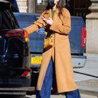 Katie Holmes en baggy et manteau camel