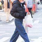 Katie Holmes porte un baggy et une doudoune noire