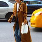 Katie Holmes en manteau à carreaux Khaite