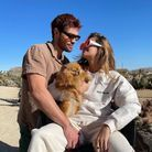 KJ Apa et Clara Berry avec leurs lunettes de soleil