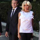 Brigitte Macron en pantalon noir et top à volants